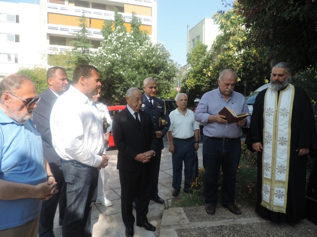 Τρισάγιο στον ανδριάντα του Αρχιεπισκόπου Μακαρίου Γ'