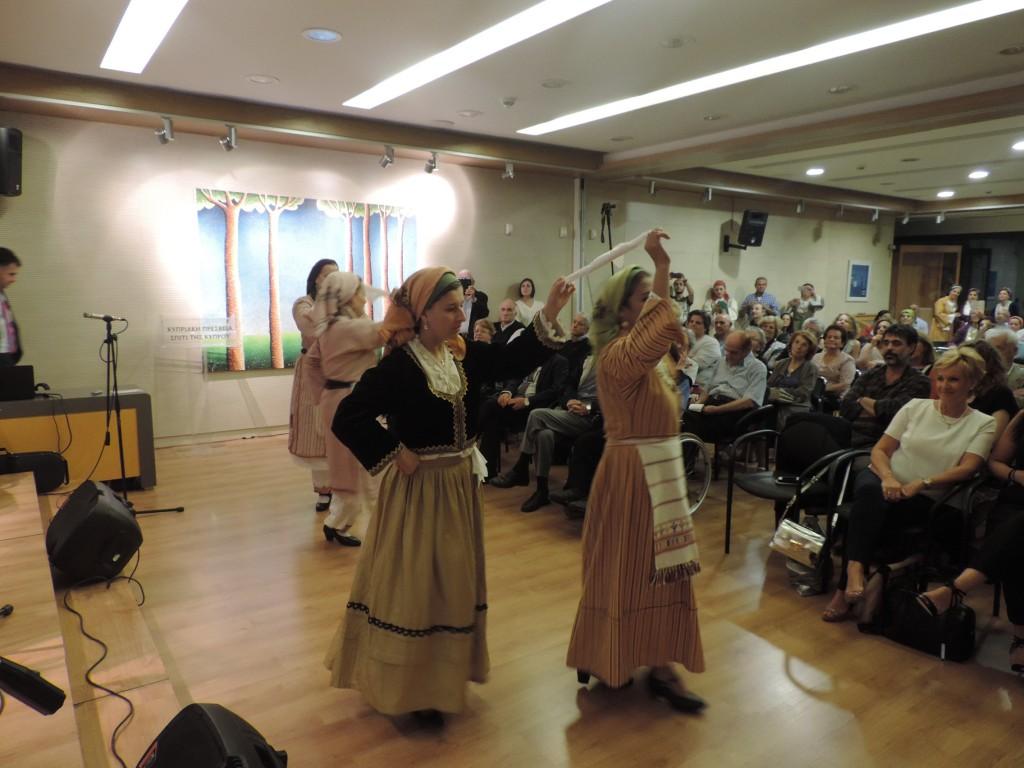 Της Κύπρου η παράδοση στον τόπο τζιαι στα ξένα